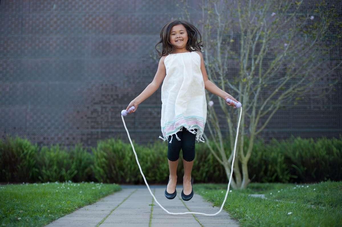 包括跳跃、翻滚、拍球、跳绳、走平衡木、左右方向的辨认和丢接球等,家长不可忽视这些感统训练,