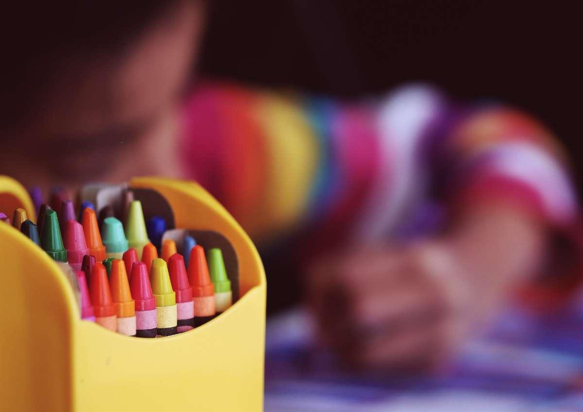 家长们也要多学习自闭症相关知识,积极配合、督促孩子完成医生下达的在家康复训练项目。