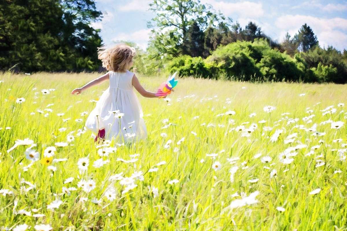 多晒太阳能帮助体内维生素D的合成,从而帮助钙的吸收,促进骨骼生长。