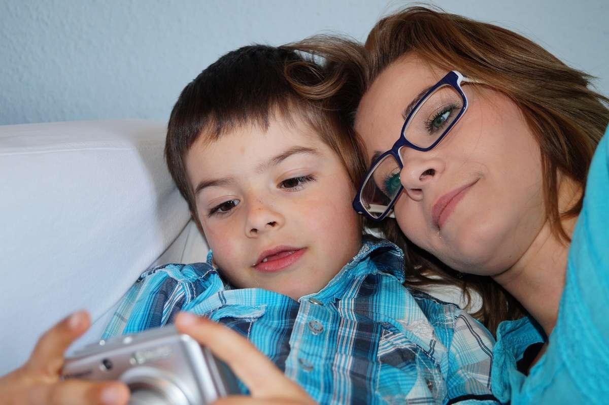 营造良好、轻松的家庭生活环境都有助于抽动症的治疗康复