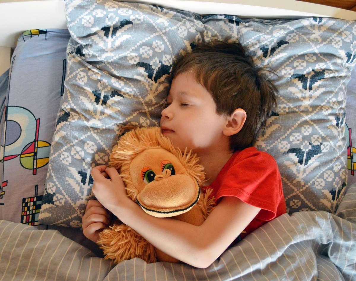 睡眠过深也是引发尿床的原因之一